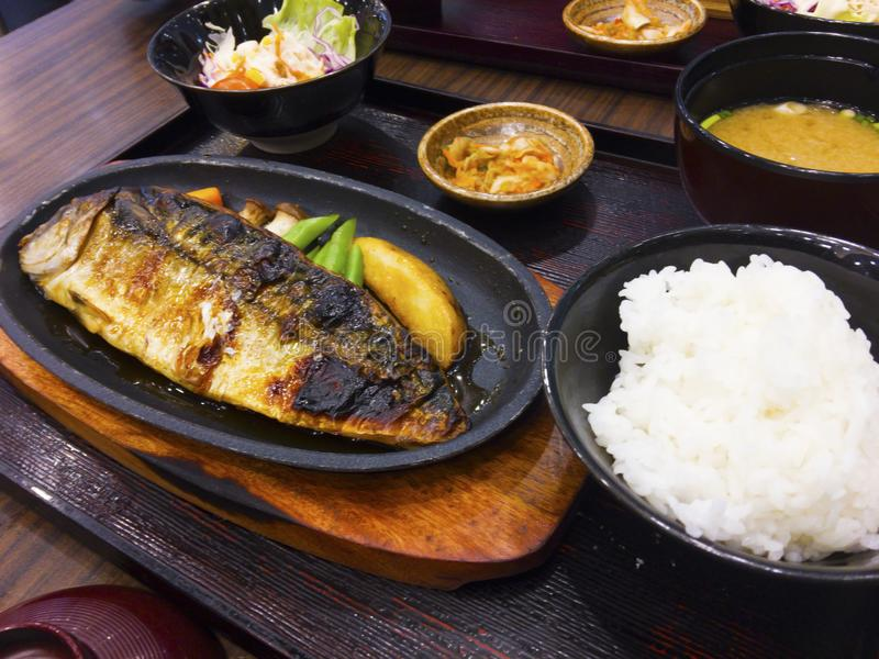 Комплект блюд japaneses включает зажаренного морского волка с овощами, стоковая фотография