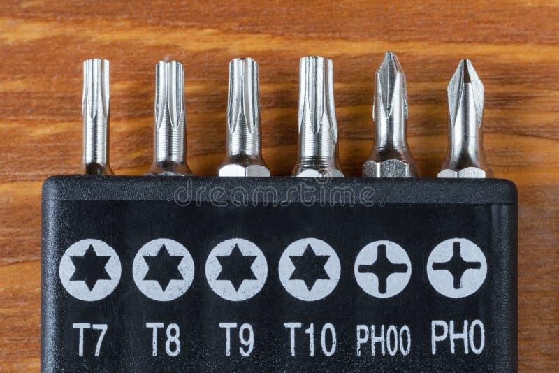 Комплект голов для битов отвертки на деревянном столе стоковое фото rf