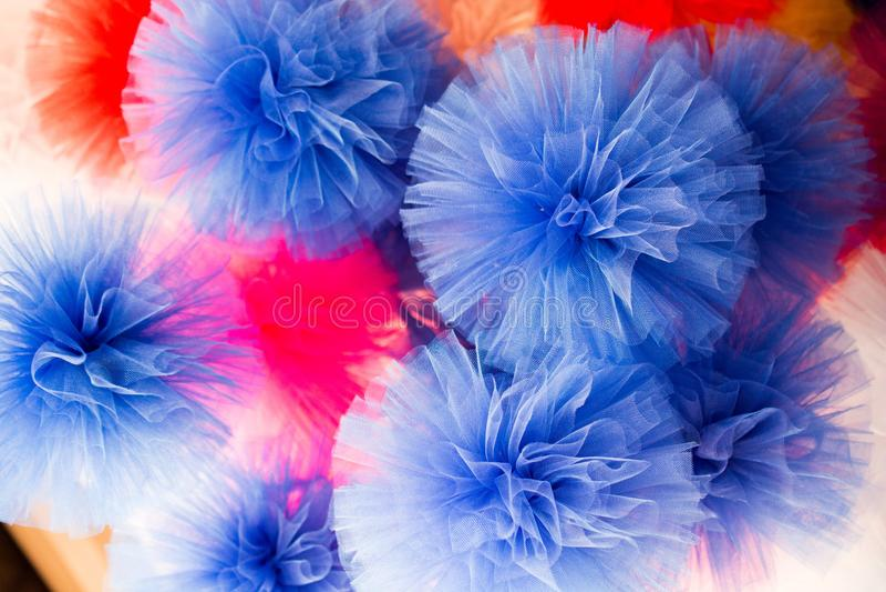 Комплект других цветов и формы pompoms в базаре стоковая фотография