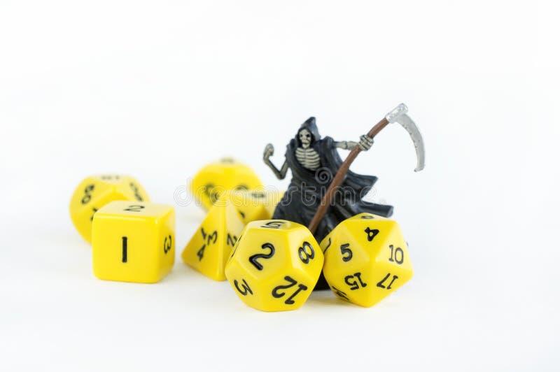 Комплект желтого цвета dices для rpg, dnd, столешницы или настольных игр на светлой предпосылке Диаграмма скелета с sythe стоковые изображения rf
