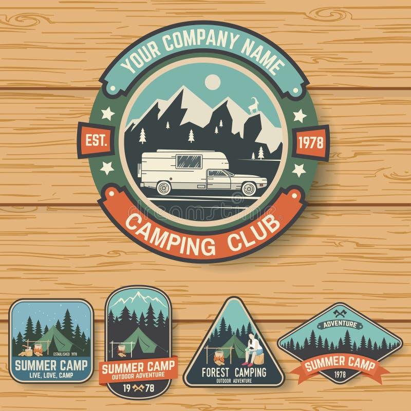 Комплект значков летнего лагеря на деревянной доске вектор иллюстрация вектора