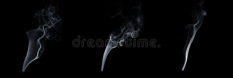Комплект из трех дымящихся дыма на черном фоне, белого пара, абстрактного потока сигаретного дыма, ароматного дыма стоковая фотография rf