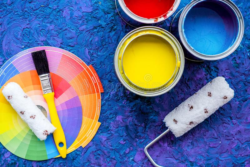 Комплект инструментов для красить на голубой деревянной верхней части предпосылки стола соперничает стоковое фото