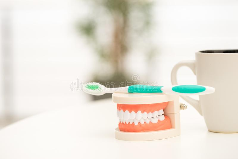 Комплект инструментов оборудования ` s дантиста, implant показа denture стоковое изображение