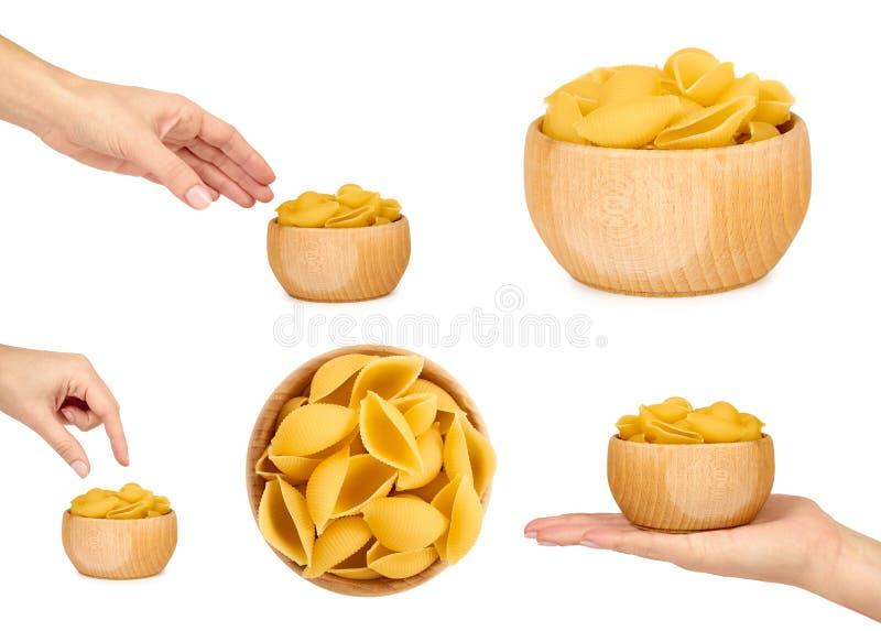 Комплект итальянских сырцовых макаронных изделий в деревянном шаре Руки женщины, изолированные на белой предпосылке стоковое фото