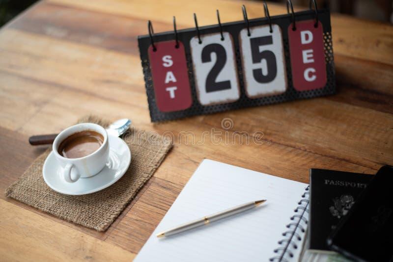 Комплект и кофе календаря стоковое изображение rf