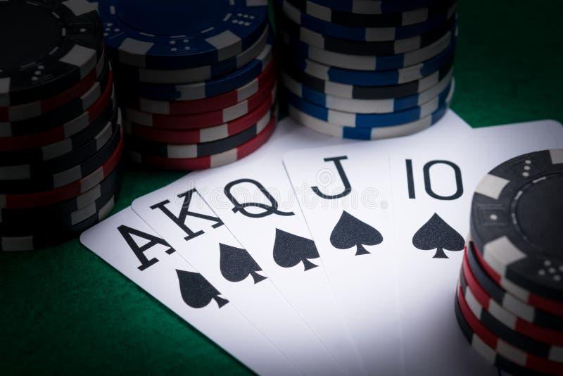 комплект карточек покера с самой лучшей комбинацией для игрока в темноте казино стоковое изображение rf