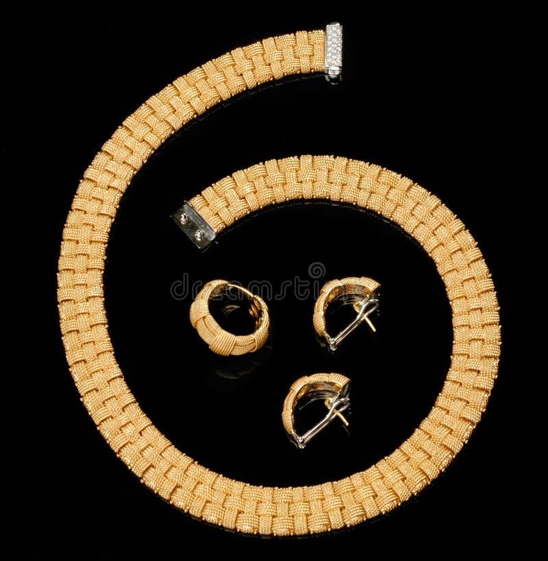 комплект кольца серег браслета золотистый стоковые фото
