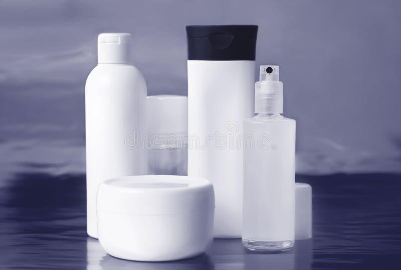 Комплект косметических контейнеров для сливк, геля, дезодоранта стоковые изображения