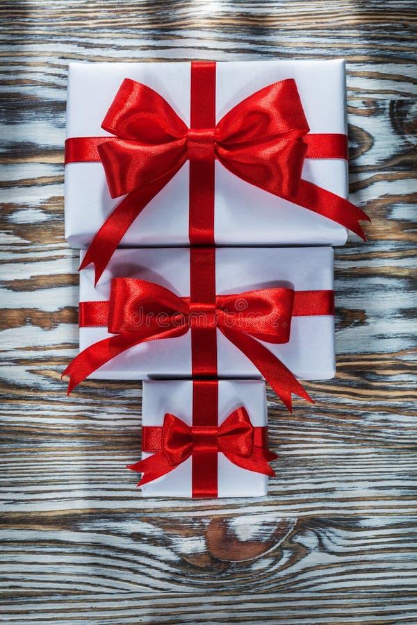 Комплект красного цвета упаковал подарочные коробки на деревянной поверхности стоковое изображение rf