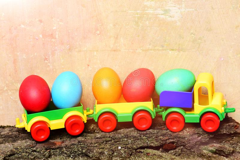 Комплект красочных счастливых яичек пасхи handmade с детьми локомотивными стоковое фото rf