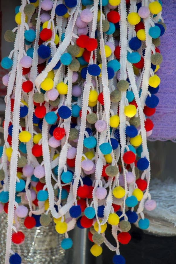 Комплект красочных pompoms в базаре стоковое изображение