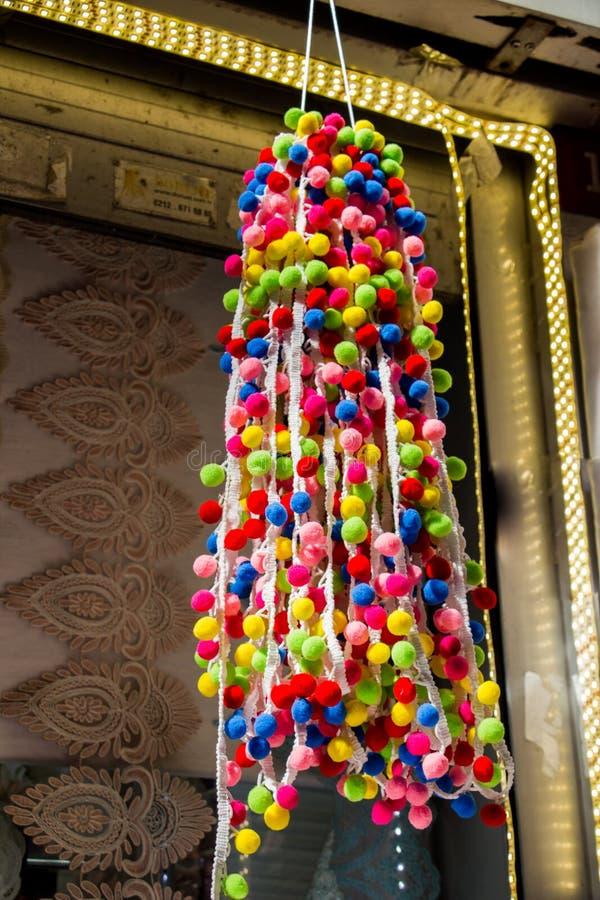 Комплект красочных pompoms в базаре стоковое изображение rf