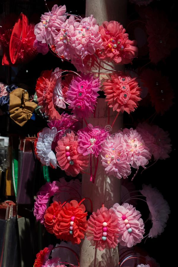 Комплект красочных pompoms в базаре стоковая фотография