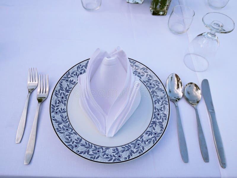 Комплект ложек, knif, блюда, травы, салфетки и вилок стоковое фото rf