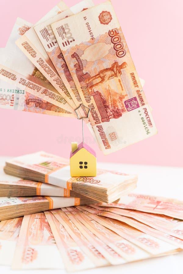 Комплект модели дома на банкноте для финансов и ипотечного кредита фондом ипотеки вклада концепции Малый деревянный дом на стоковое изображение