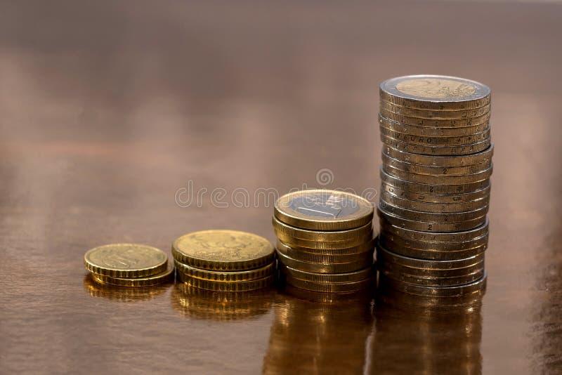 Комплект монеток евро размещанных на золотом стоковое изображение