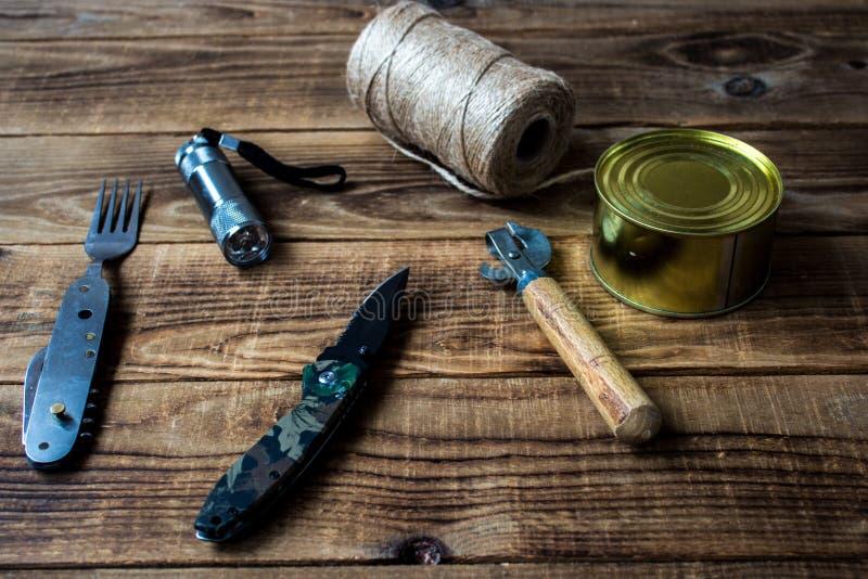 Комплект на деревянной предпосылке стоковое фото