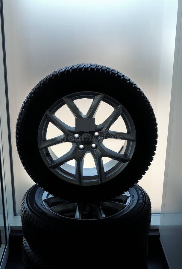 Комплект новых собранных колес штабелированных для продажи в частях автомобиля ходит по магазинам стоковое фото rf