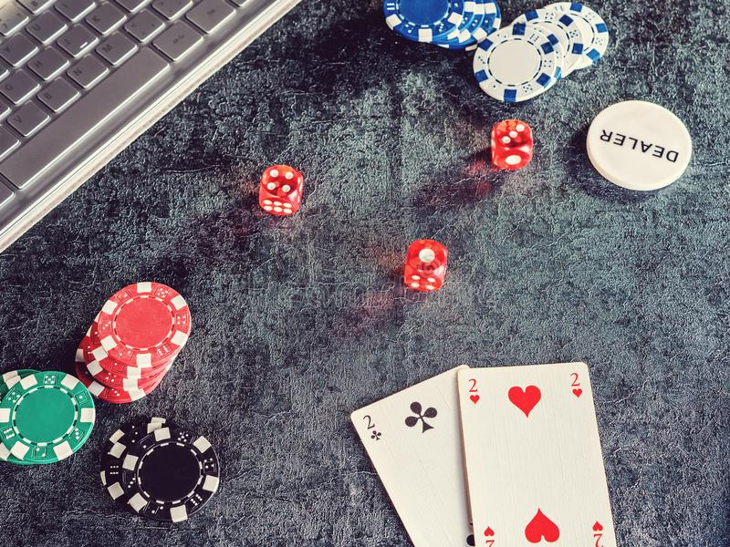 Комплект обломока или счетчика покера с карточкой, компьютером кости стоковые фото