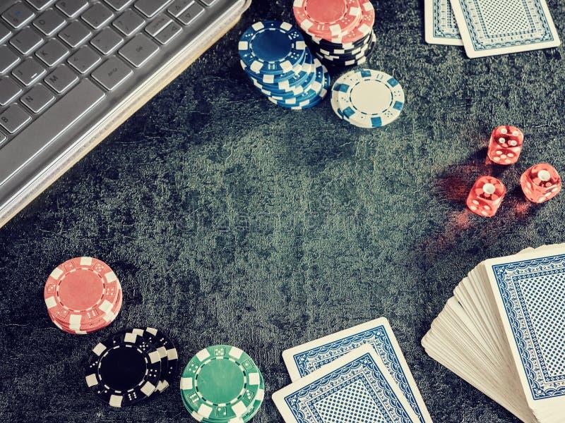 Комплект обломока или счетчика покера с карточкой, компьютером кости стоковое фото