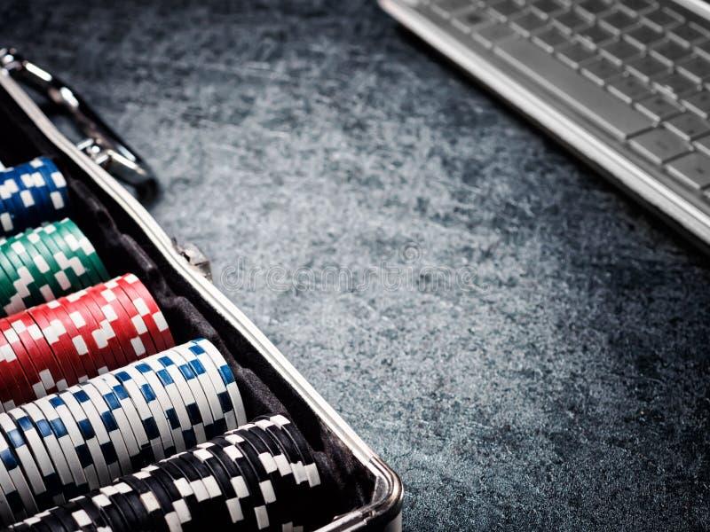 Комплект обломока покера или счетчик с карточкой, кость в случае металла и компьютер стоковые фото