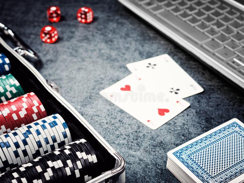 Комплект обломока покера или счетчик с карточкой, кость в случае металла и компьютер стоковые фотографии rf
