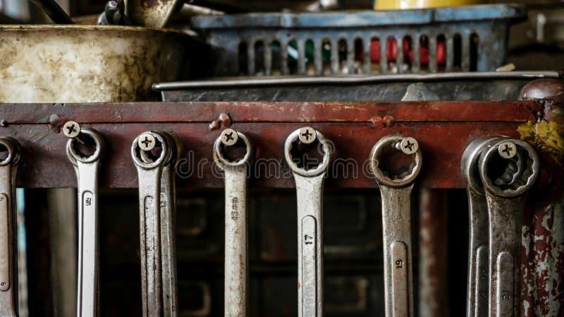 Комплект пакостных гаечных ключей ключей на деревянной полке с различным t стоковая фотография