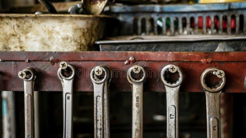 Комплект пакостных гаечных ключей ключей на деревянной полке с различным t стоковая фотография rf