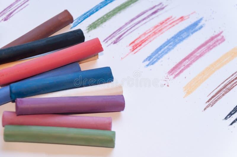 Комплект пестротканых пастельных карандашей на светлой предпосылке при след нарисованный рядом с ним Селективный фокус стоковые фото