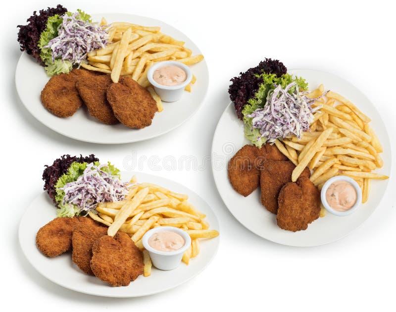 Комплект плиты Escalope цыпленка служил с Coleslaw, фраями и погружением, включенным путем клиппирования стоковые изображения
