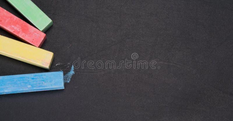 Комплект покрашенных crayons, конец-вверх, на черной доске стоковое изображение rf