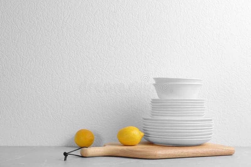 Комплект посуды на таблице стоковые изображения
