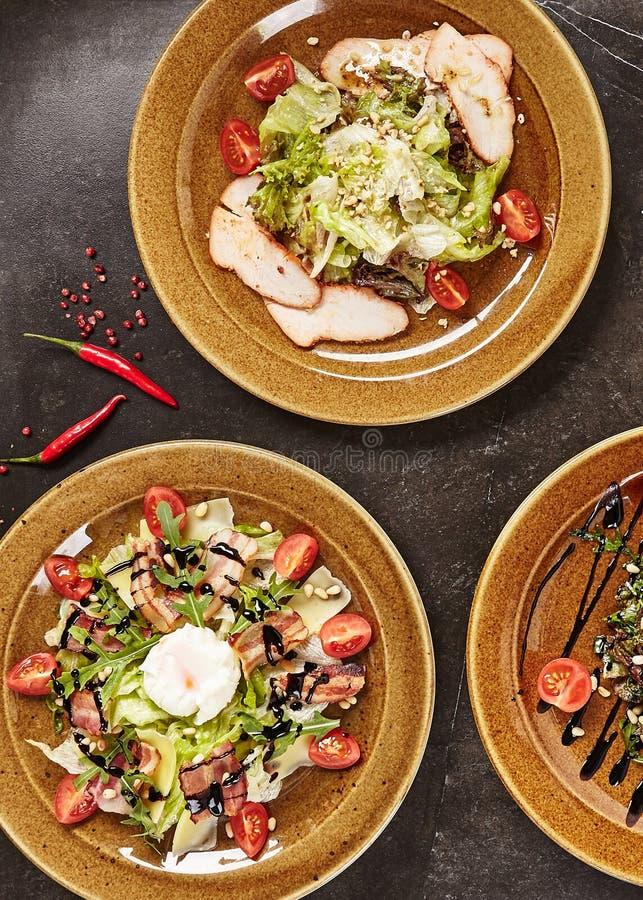 Комплект различного взгляд сверху салатов мяса стоковые изображения