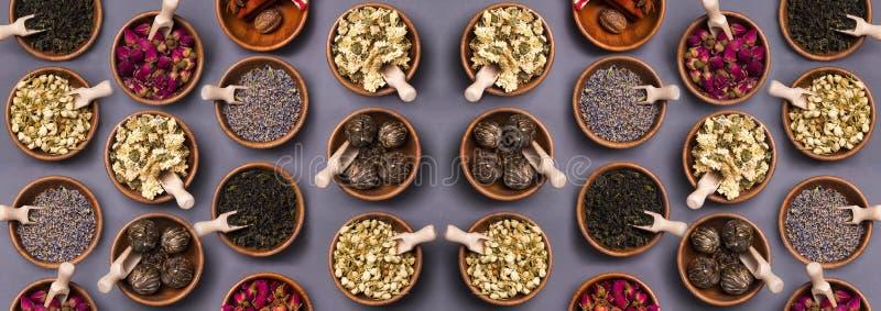 Комплект различного сухого чая в деревянном шаре стоковые фото