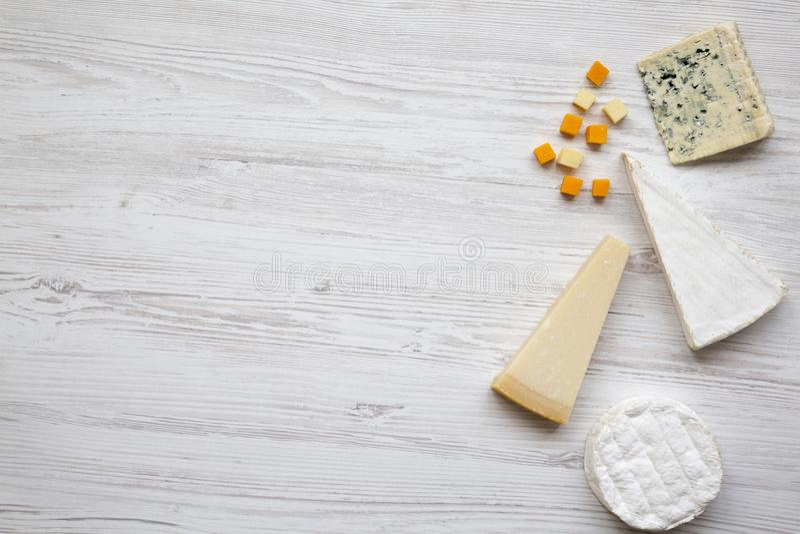 Комплект различного сыра на белой деревянной предпосылке с космосом экземпляра, взгляд сверху Еда для вина Плоское положение, стоковые фотографии rf