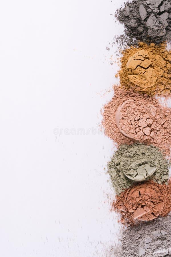 Комплект различных косметических порошков глины на белой предпосылке стоковые фотографии rf