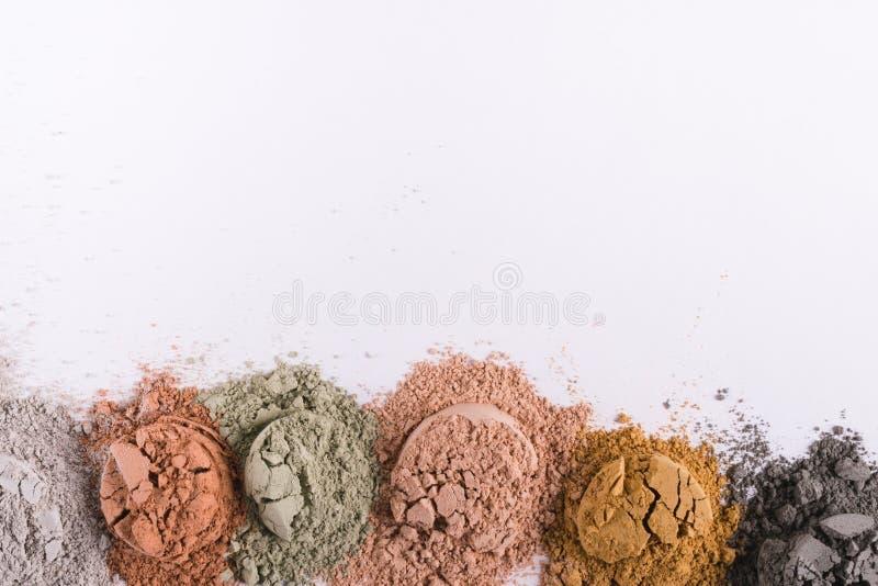 Комплект различных косметических порошков грязи глины на белизне стоковое фото rf