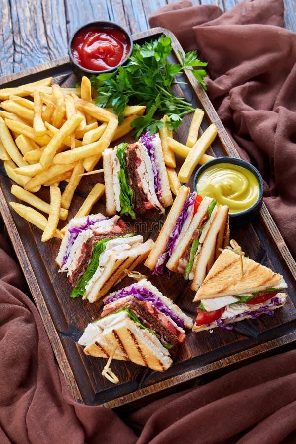 Комплект сандвичей клуба на доске сервировки деревянной стоковое изображение