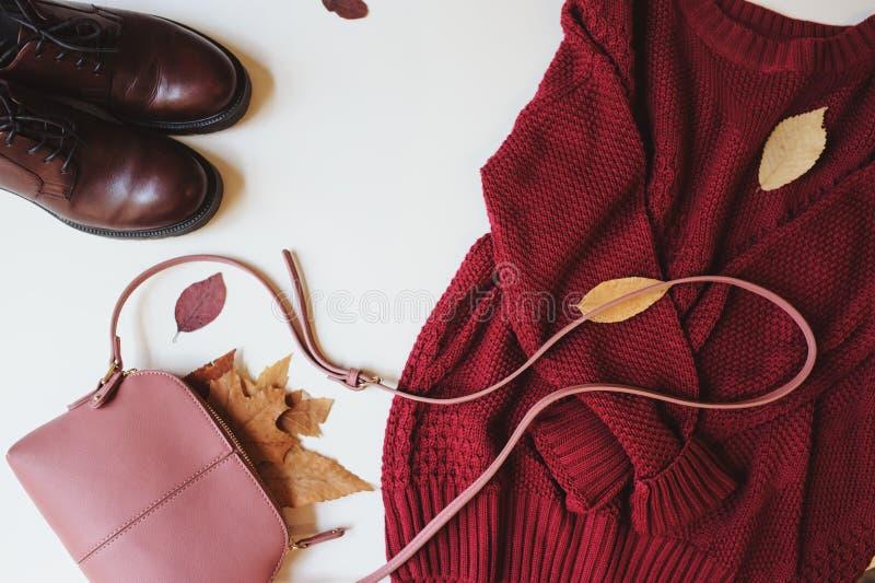 Комплект сезонных одежд женщины моды осени, взгляд сверху с космосом экземпляра стоковое изображение