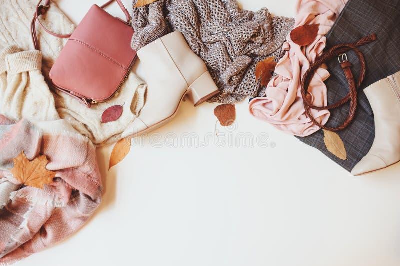 Комплект сезонных одежд женщины моды осени, взгляд сверху с космосом экземпляра стоковое изображение rf