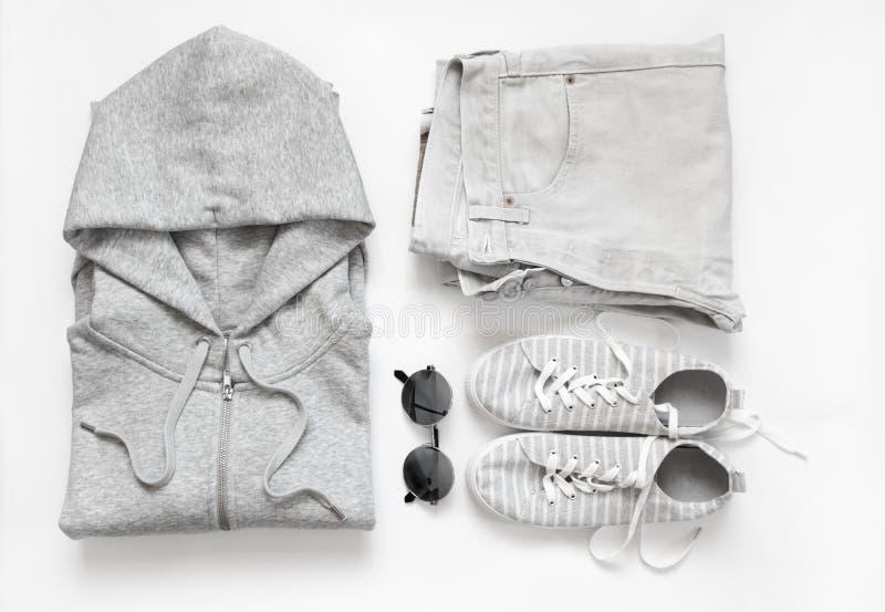 Комплект серых вскользь одежд и аксессуаров стоковое изображение