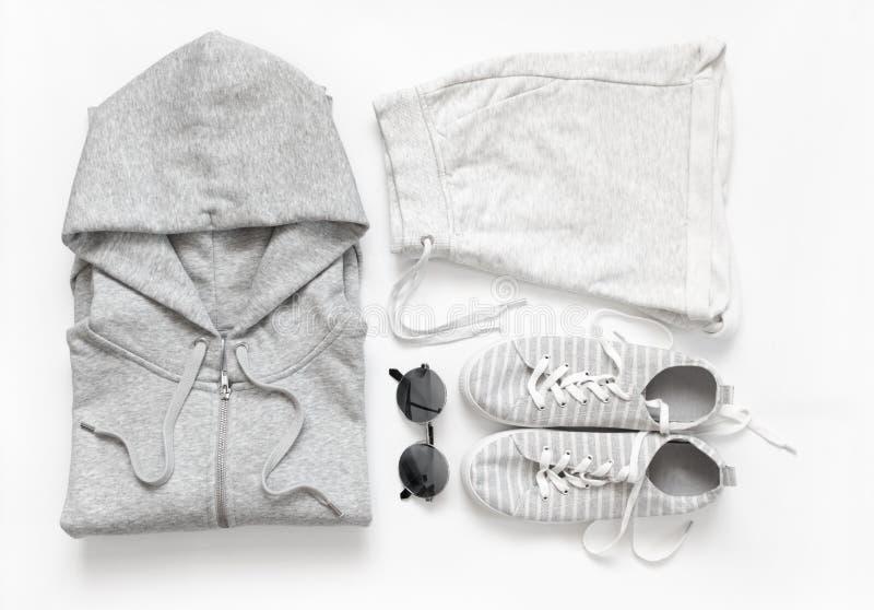 Комплект серых вскользь одежд и аксессуаров стоковая фотография