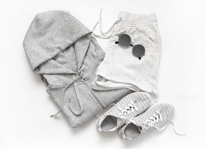Комплект серых вскользь одежд и аксессуаров стоковое фото rf