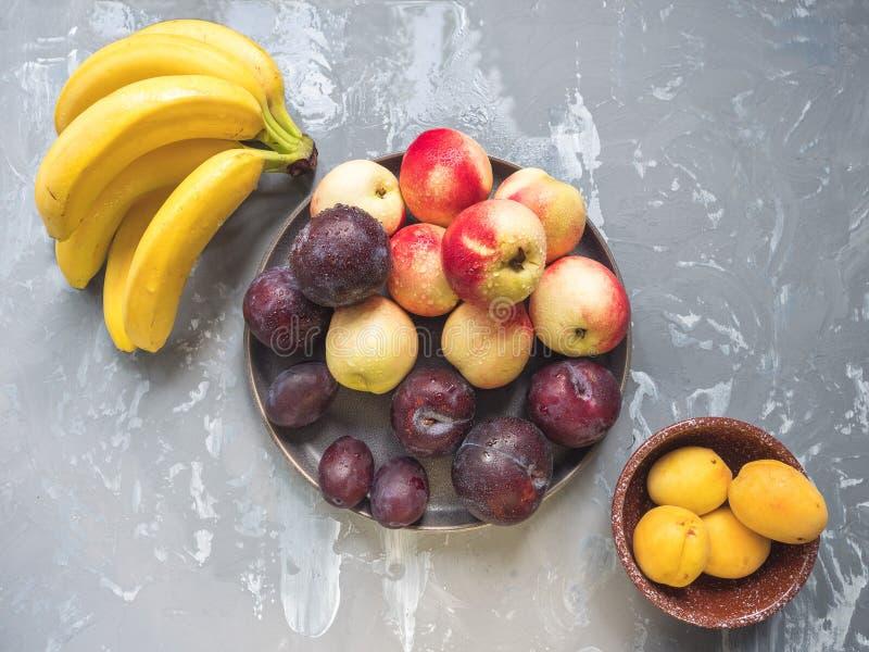 Комплект слив красного цвета нектаринов бананов плодоовощей стоковые фотографии rf