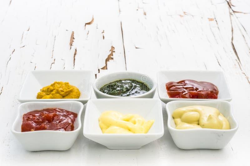 Комплект соусов на белой таблице стоковое изображение rf