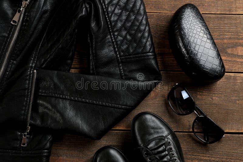 Комплект стильных одежд ` s чернокожих женщин, аксессуаров ` s женщин моды на коричневом деревянном столе Плоское положение, стоковая фотография rf