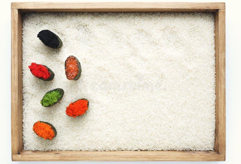 Комплект суш gunkan в деревянной рамке стоковые изображения rf