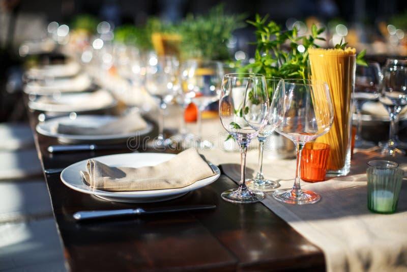 Комплект таблицы для wedding или другого поставленный еду обедающего события итальянская вилла стоковое изображение rf