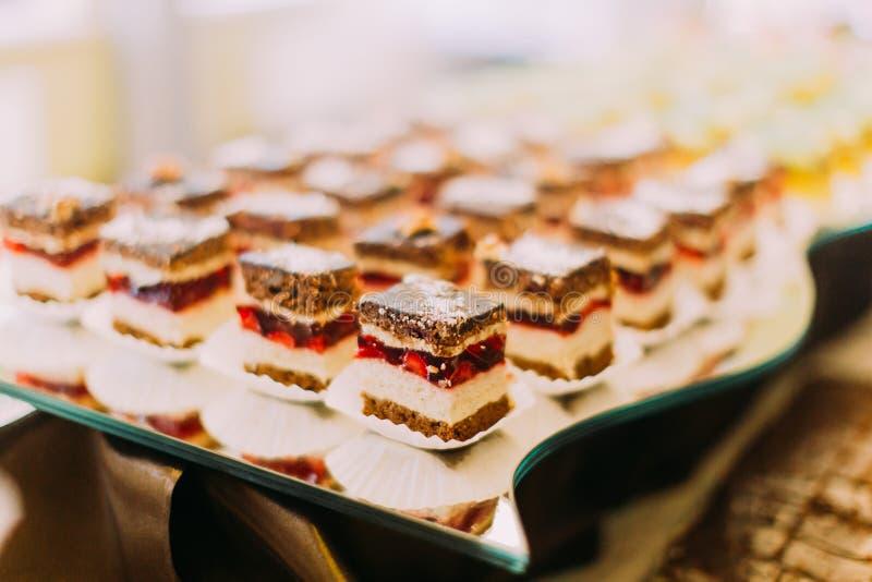 Комплект таблицы свадьбы Очень вкусные шоколадные торты с клубниками стоковые фото